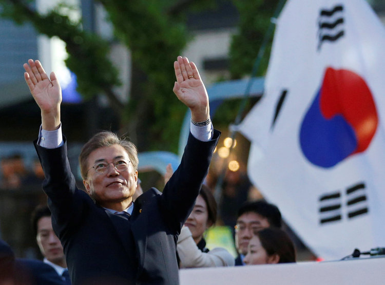 Moon Jae-in greets supporters during a rally in Seoul. (Reuters/Kim Kyung-Hoon)/p