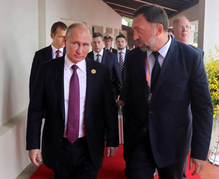 Russian President Vladimir Putin and metals magnate Oleg Deripaska walk to a meeting at APEC in Danang, Vietnam, in November 2017. (Mikhail Klimentyev/Sputnik/AP)