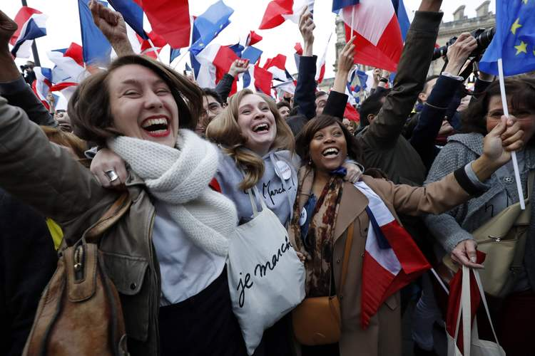 Macron supporters celebrate in front of the Louvre. (Patrick Kovarik/Getty)/p